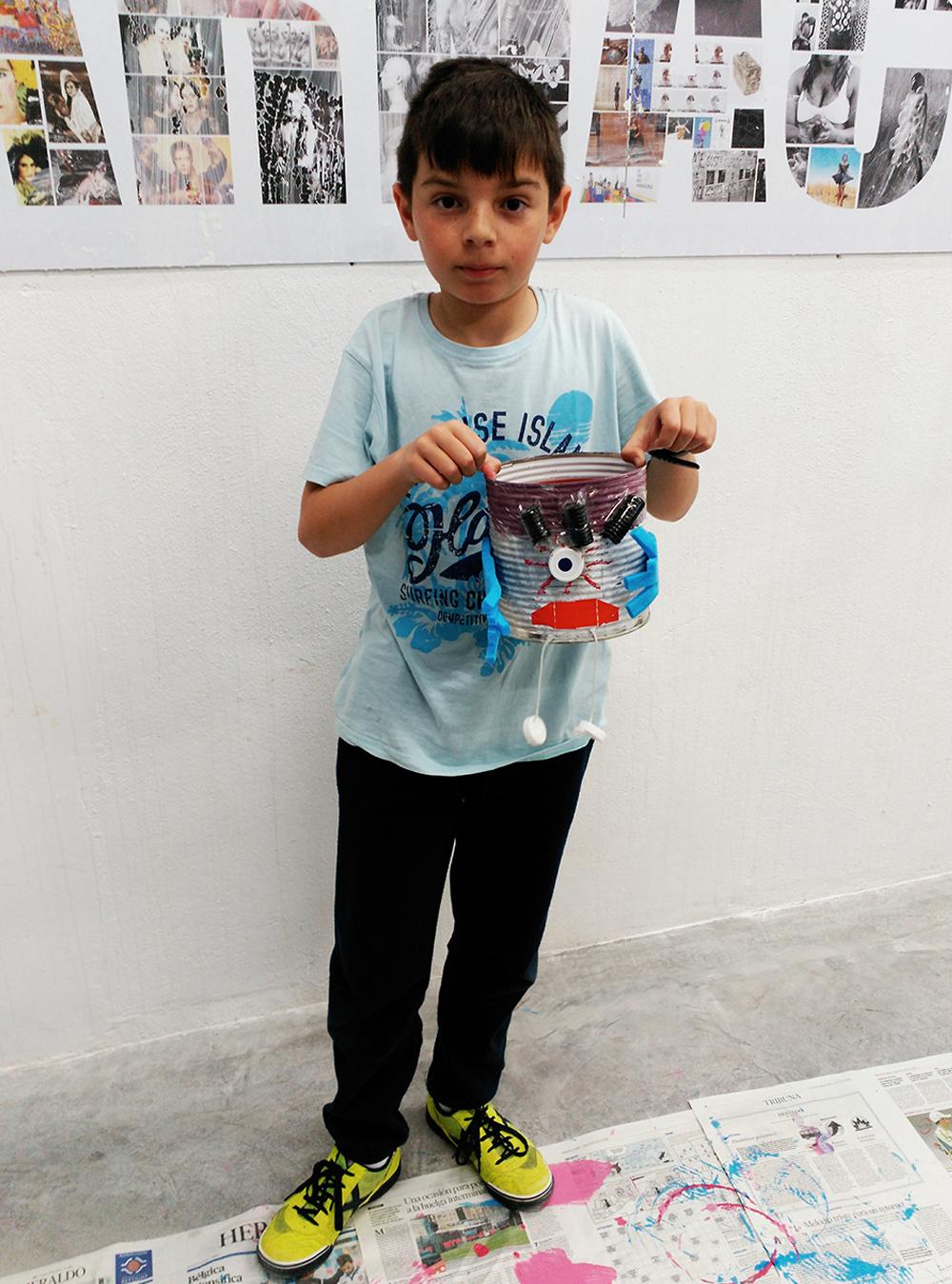 Taller infantil de maceteros realizado con materiales reciclados