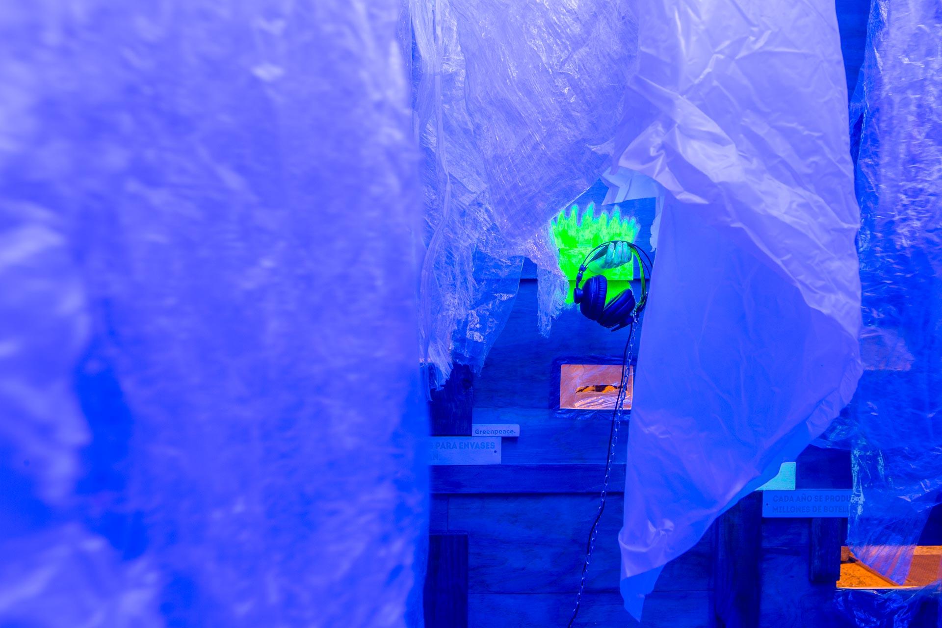 Instalación artística y ecológica para sensibilizar acerca del plástico en el medio ambiente