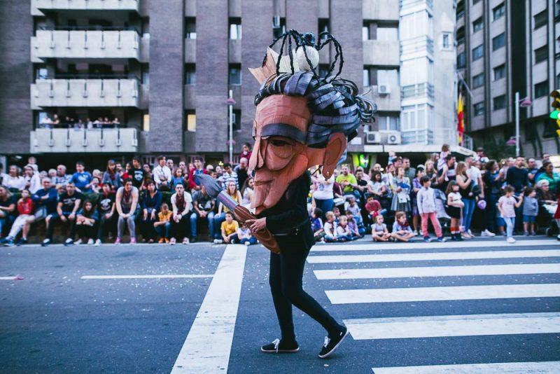 Talleres de construcción de cabezudos y marotes con materiales reciclados y jóvenes de Zaragoza para el pasacalles de las fiestas del pilar