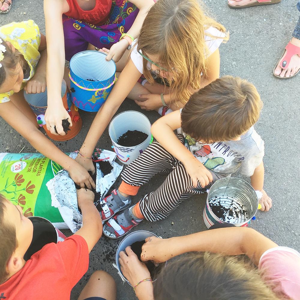 Taller infantil en la carpa de acción contra el hambre en Pirineos Sur