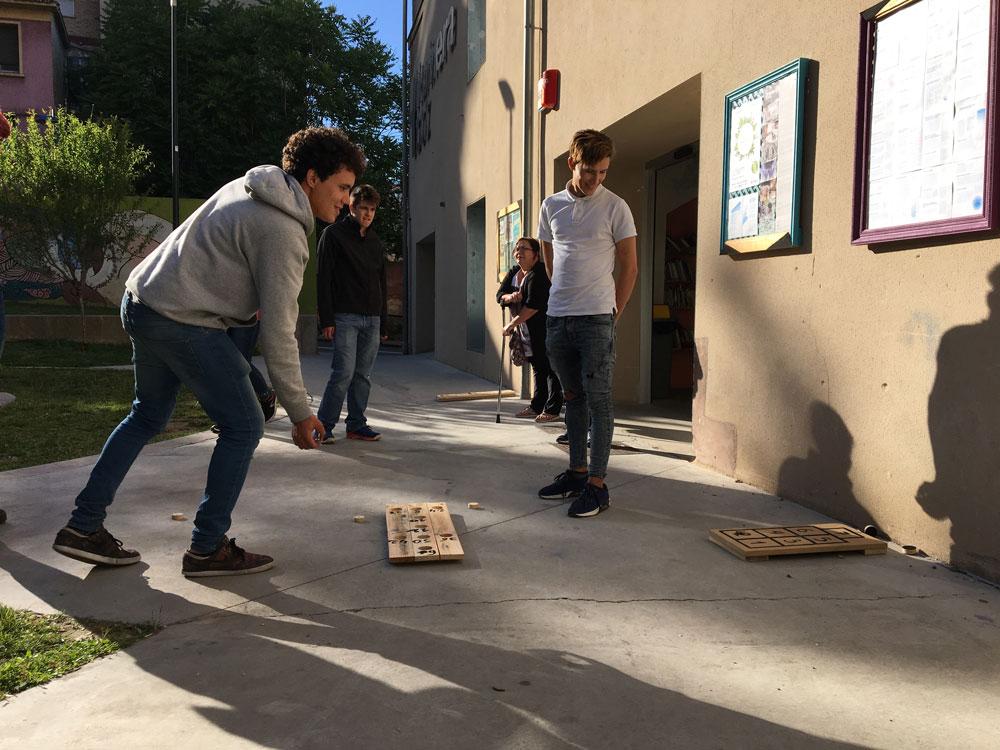 Taller de construcción de juegos tradicionales junto a refugiados en Zaragoza